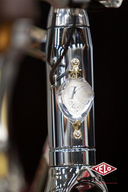 Douille de direction numérotée, en cristal et or. Les cables du Rolhoff passent dans la douille de direction en acier chromé. La fourche carbon a reçu un traitement chrome spécifique (tout comme le pédalier)
