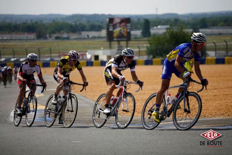 """4 coureurs sortent ensuite. Le Team Vulco commence déjà son travail de prise de pouvoir, les """"Shimano Boys"""" (en quatrième position) sont en forme !"""