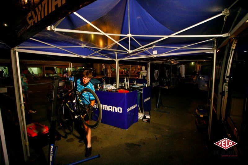Les Shimano Boys n'arrêtent jamais non plus, l'équipe de 6 coureurs assurant l'assistance mécanique pendant que le collègue pédale ! Chapeau bas.