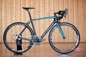 Le Tarmac Pro Race bleu cyan 7.120 kg pour 3499€.