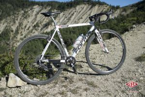 Son vélo dans sa version la plus aboutie, 72° d'angle de direction, 425mm de bases, un empattement de quatre à cinq centimètres plus long qu'un route classique. Le cadre est plutôt souple, c'est un plus sur les chemins. L'ensemble pèse 8'200 grammes.