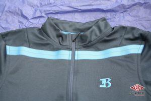 La bande de tissu horizontale donne un effet de style sympa, accompagné du Logo LB
