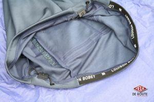 Un système de serrage sur la partie basse du maillot permet un réglage plus fin