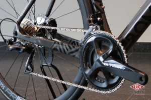Groupe Shimano Ultegra, bases body-buildées, axe traversant : ça sent la baston !