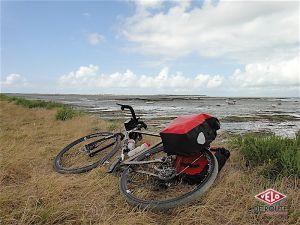 Etape 3 : Arrivé sur l'ile de Noirmoutier, le Charge Plug fait une petite pause le temps de la photo sur une digue sur laquelle chemine la piste cyclable.