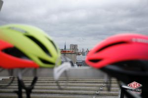 Deux casques Specialized Evade 2 entourent Notre Dame de Paris
