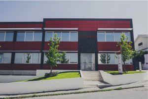 Donnant sur la rue, les bâtiments récent abrite les services administratif et des laboratoires de test