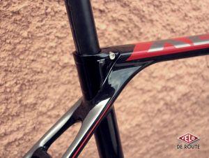 Un serrage de selle semi-intégré, cette signature se retrouve sur de nombreux vélos Rose.