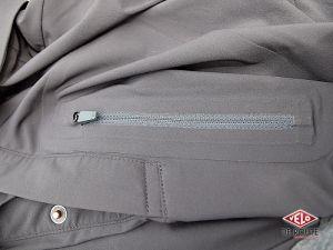 Comme le maillot, la veste dispose d'une poche de poitrine zippée.