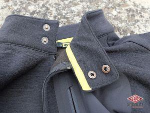 Le col de la veste se ferme via deux boutons pression peu pratiques à manipuler en roulant.